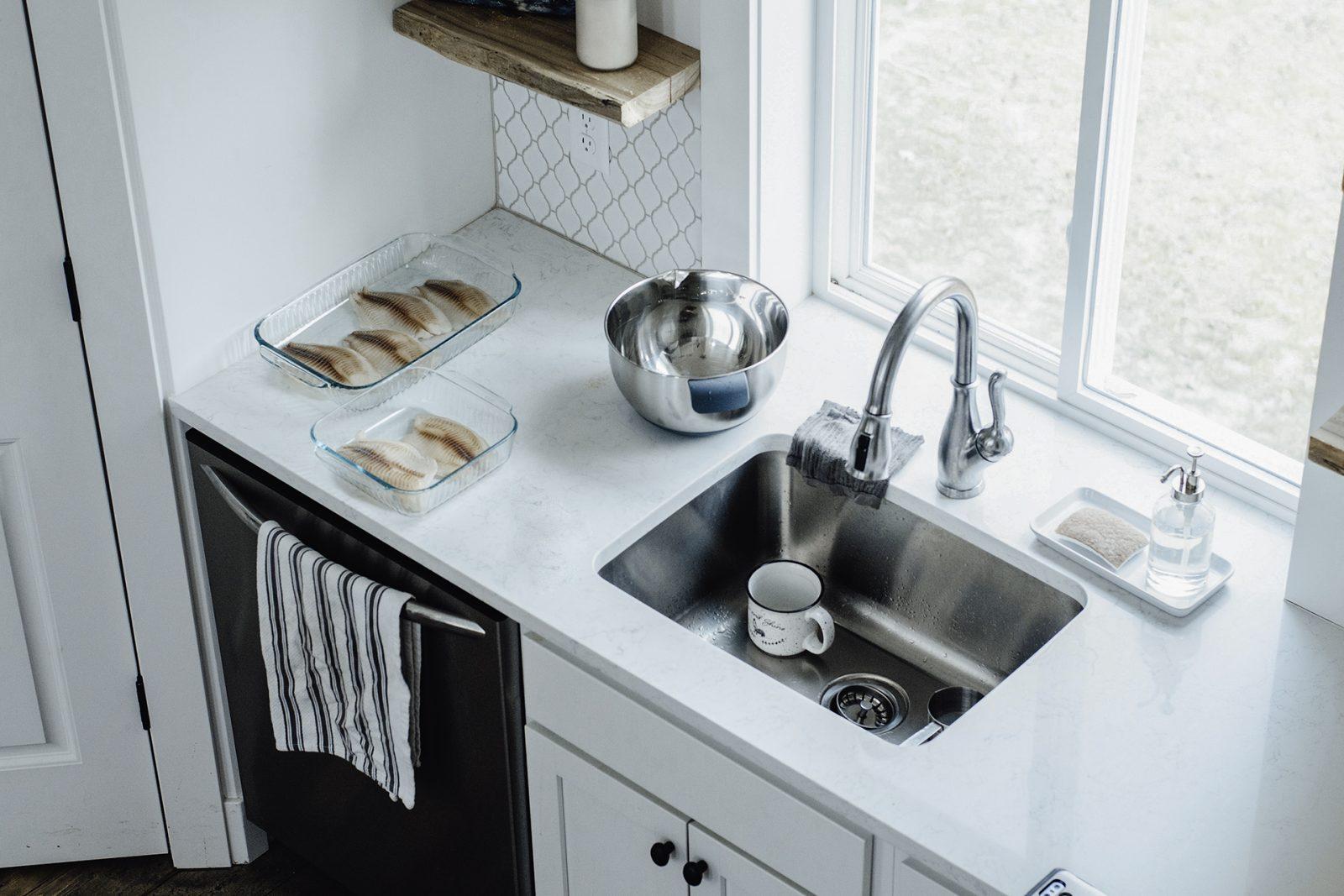Puhdas keittiö ja vesihana