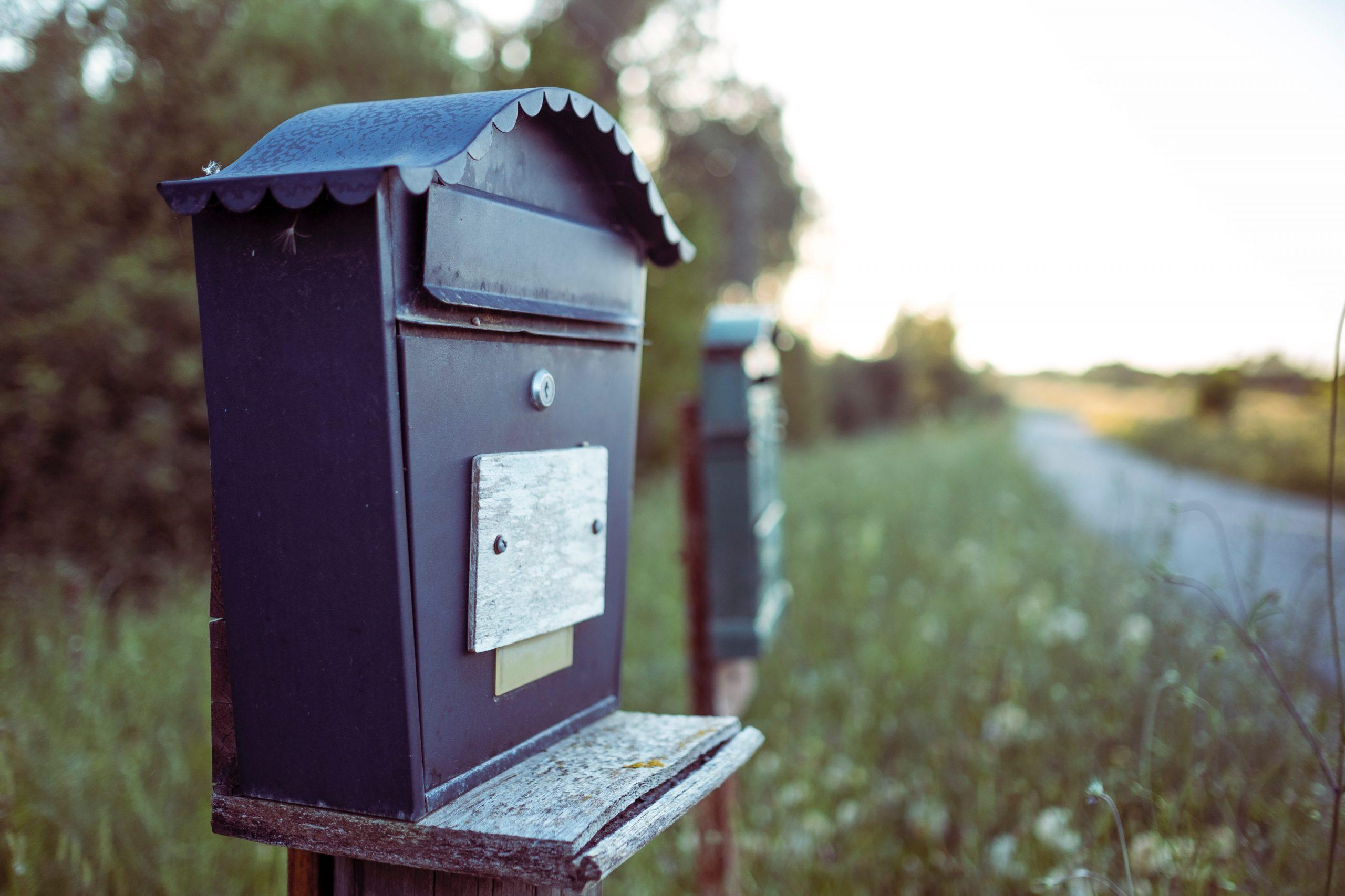Postilaatikko tien reunassa