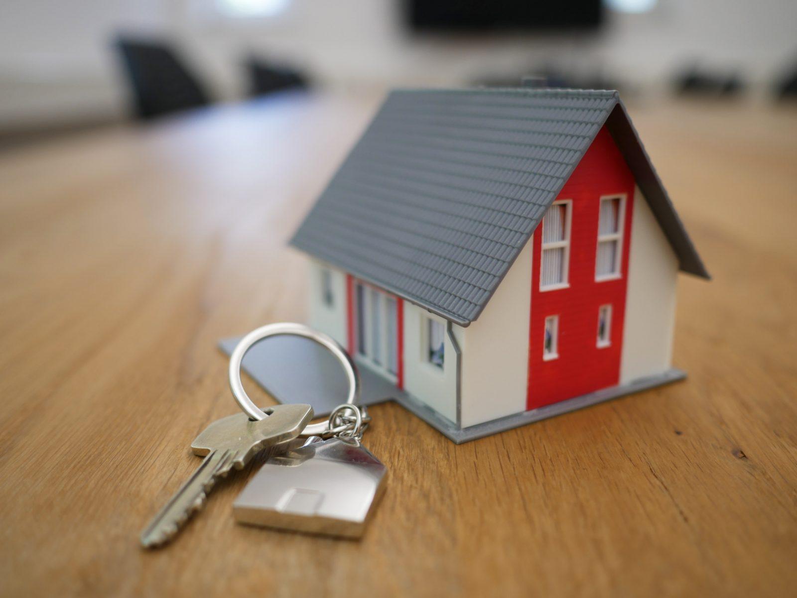 Pienoismalli talosta ja talon avaimista pöydällä